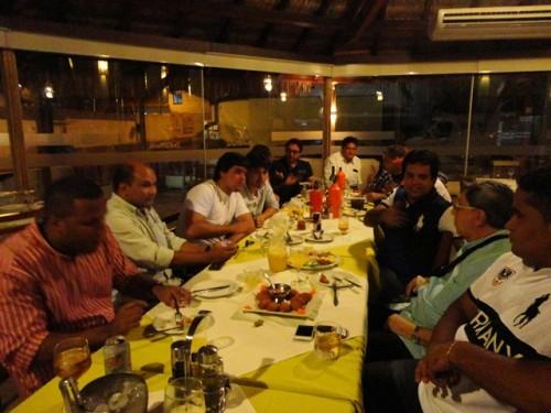 Amigos reunidos no restaurante Dona Maria