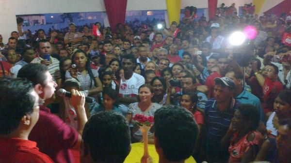Hernando Macedo discursando para uma multidão