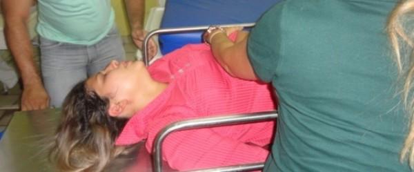 Na maca, Mércia é levada desmaiada para receber os socorros
