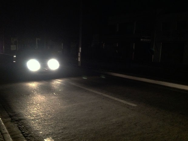 Av. Ana Jansen, em São Luís, durante blecaute energético na noite de quinta-feira (25). Foto: Clarissa Carramilo / G1