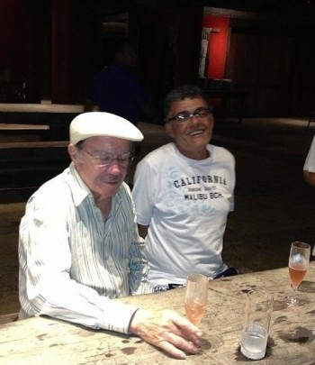 Senador José Sarney ao lado do filho Fernando Sarney tomando umas