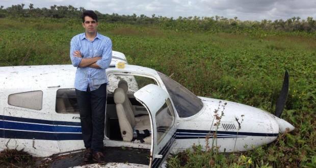 Neto de Sarney faz pose após queda de avião em campo alagado interior do MA