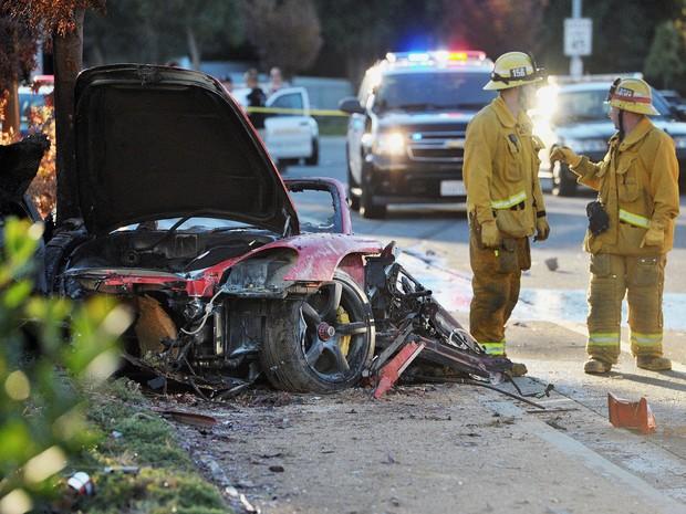 Bombeiros trabalham em Porsche destruído em acidente neste sábado em Valencia, na cidade de Santa Clarita, Califórnia