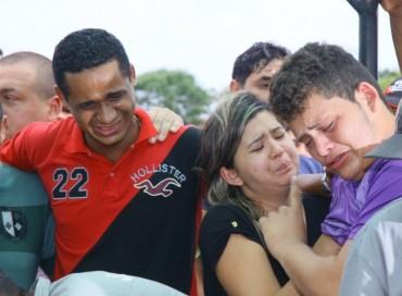 A dor da família de Ana Clara durante o sepultamente