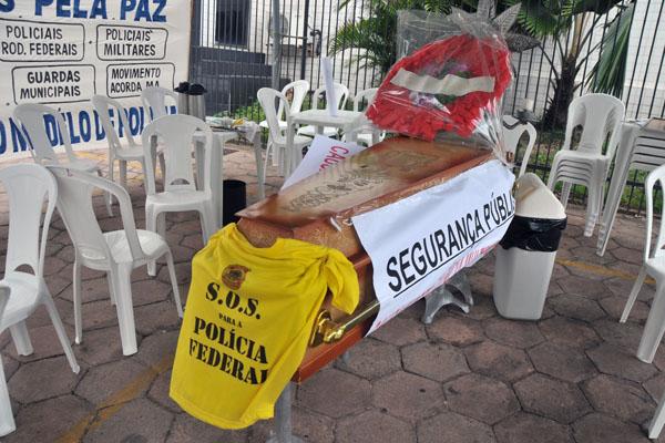 Agentes da PF em São Luís fizeram o enterro simbólico da segurança pública no país
