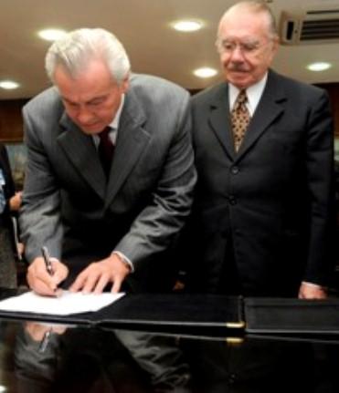 Arnaldo Melo na época da assinatura do convênio da TV Assembleia, ao lado do então presidente do Senado, José Sarney