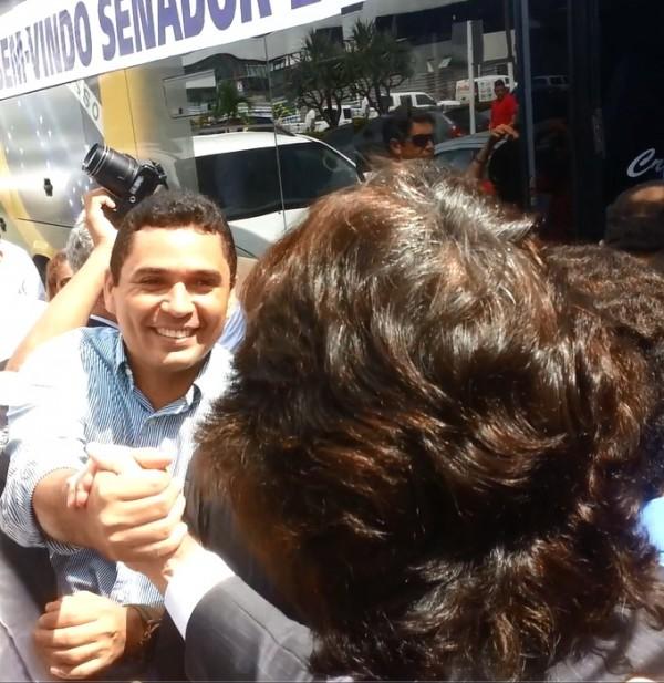 Prefeito Atenir Ribeiro cumprimentando Edinho Lobão, no aeroporto de São Luís