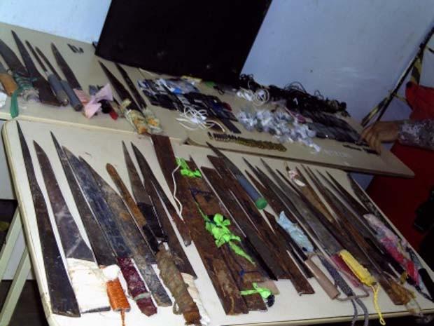 Serras, facas, 70 chuços e dois revólveres foram achados durante a vistoria
