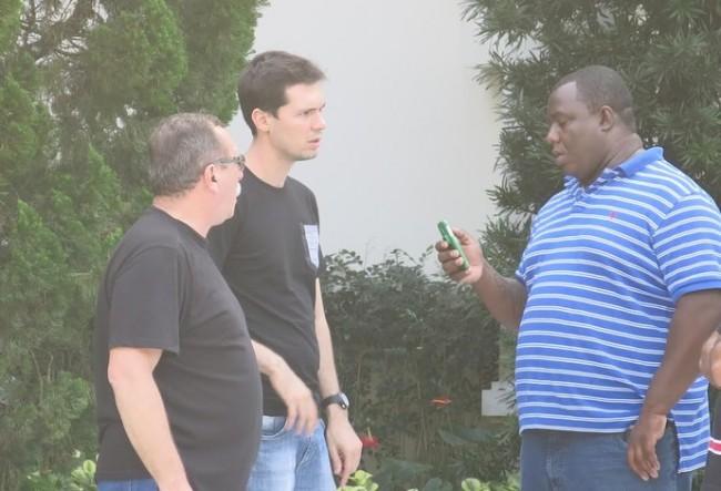 Rafael Martini (ao centro), fisioterapeuta do Santos, chega à casa de Neymar