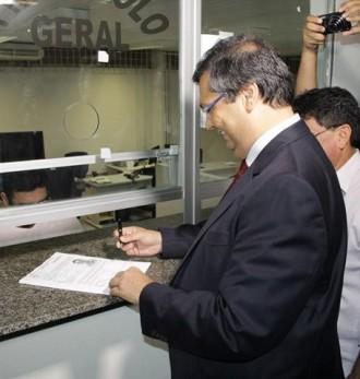 Flávio Dino registrando a candidatura ao Governo do MA
