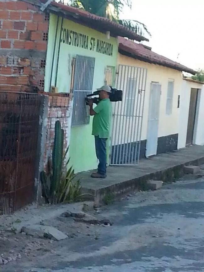 Cinegrafista da Globo filmando a sede da empresa